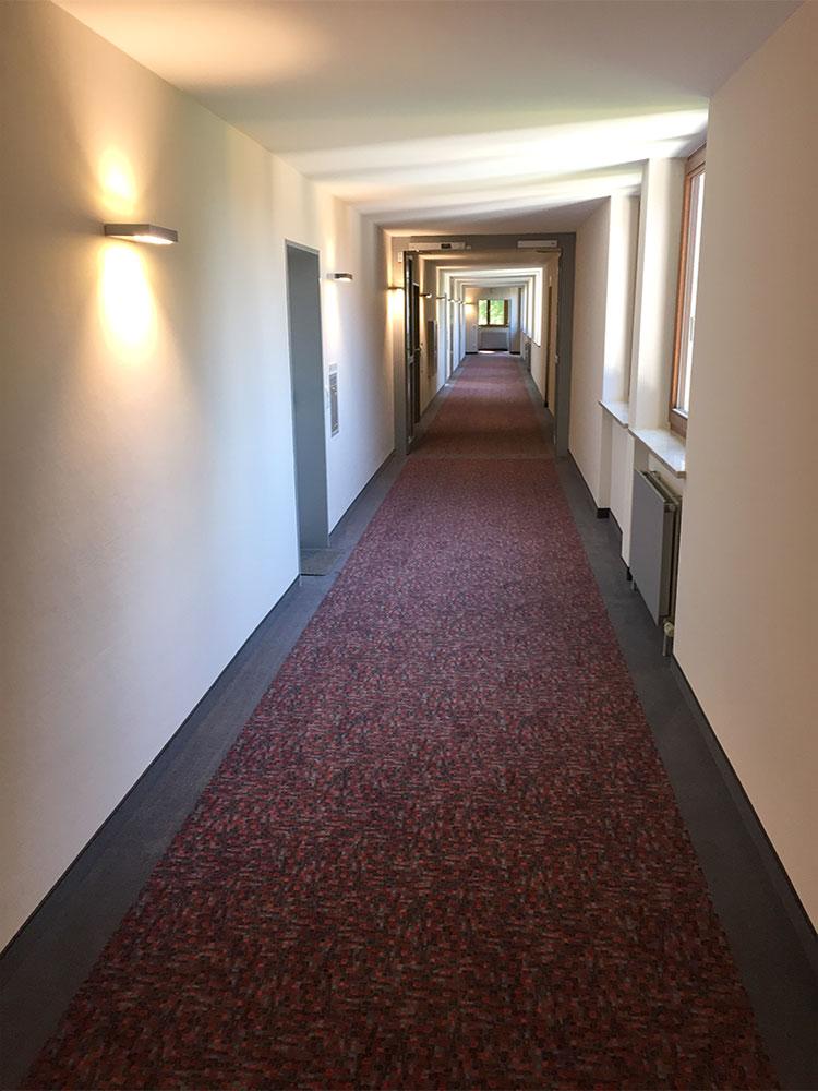 Teppichverlegung mit Randfries