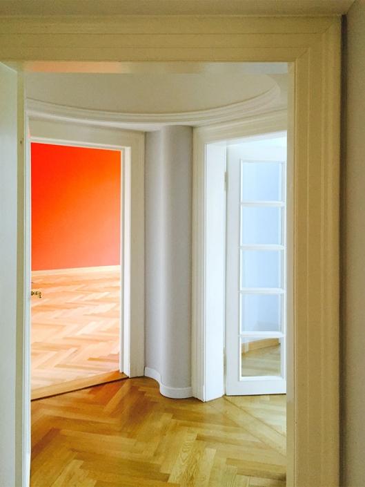 Malerarbeiten mit Farbkonzept, Glastüren lackiert, Parkett eiche massiv verlegt und mit 2-K Lack lackiert, elastische weiße Sockelleisten montiert