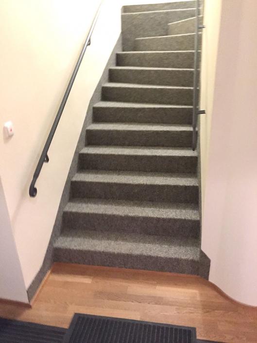 Eichenparkett verlegt, Treppe mit Nadelvlies belegt